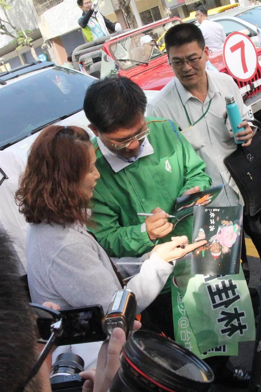 很多支持者拿著旗幟請台中市長林佳龍簽名。(陳淑芬攝)
