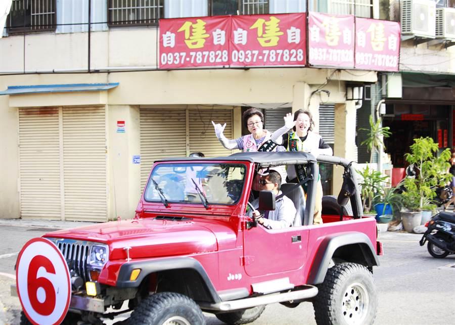 東南區市議員候選人邱素貞,上午把握最後衝刺機會,採地毯式車隊掃街拜票。(馮惠宜攝)