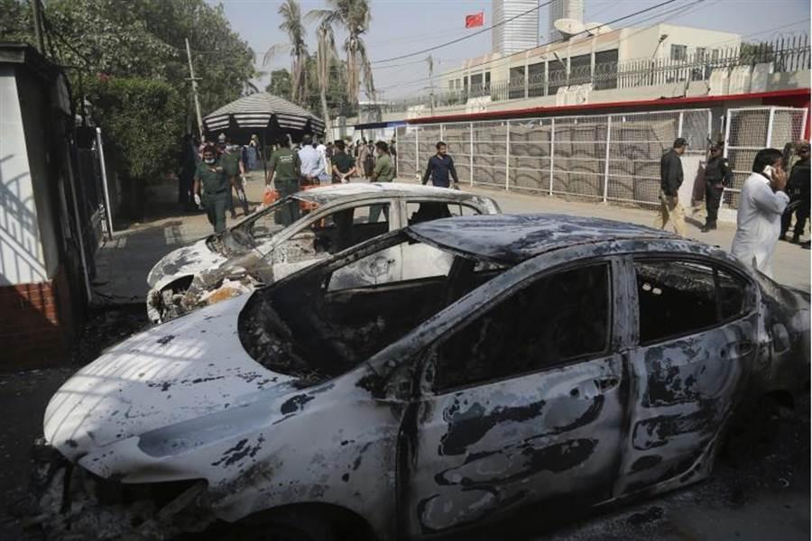 中國大陸駐巴基斯坦喀拉蚩領事館驚傳槍擊,3名歹徒持槍闖進領事館,已知造成2名員警死亡,3名歹徒遭擊斃。(圖/美聯社)