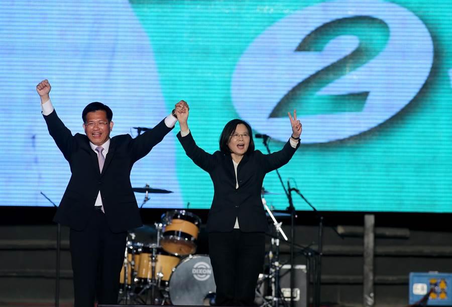 蔡英文總統在台中市長林佳龍選前之夜晚會肯定林佳龍政績,呼籲台中市要「選擇林佳龍、選擇不放棄」。(黃國峰攝)