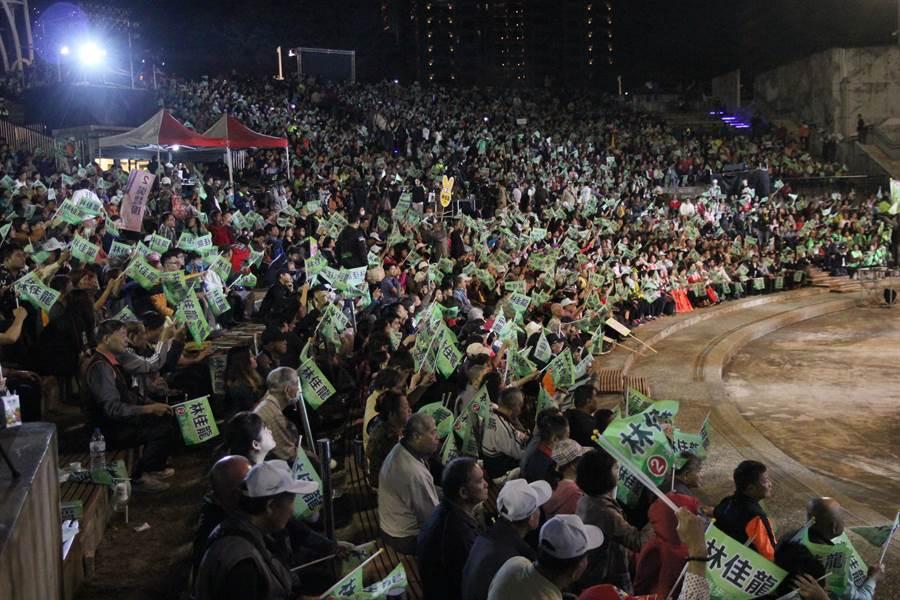 台中市長林佳龍選前之夜晚會,擠進2萬人,氣勢激昂。(陳淑芬攝)