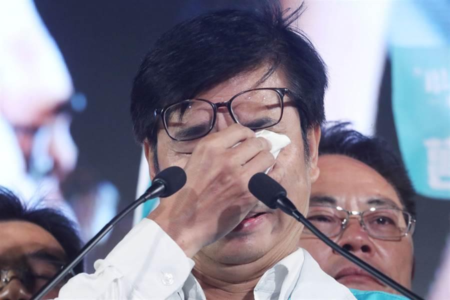 選前最後一天,民進黨高雄市長候選人陳其邁(前)23日在鳳山舉行選前之夜造勢晚會,發表演說時情緒激動,一度落淚,再三重申他對高雄的重視與熱愛。(中央社)