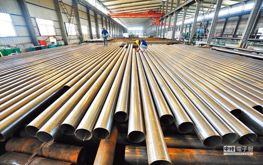 河北一家企業員工在工廠檢查鋼管厚度。(新華社資料照片)