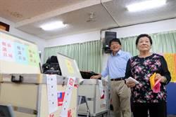 屏東》潘孟安牽著媽媽的手去投票 支持群眾大喊「縣長加油」