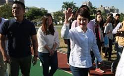 台中》盧秀燕與夫婿廖述嘉前往健行國小 投下神聖一票
