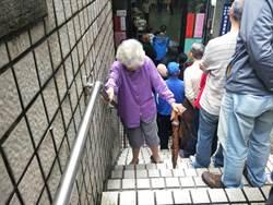 基隆》公投大塞車 基隆70歲高齡嬤爆氣 批「不投了!」