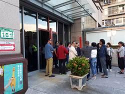台北》北投投開票所排隊錯誤 民眾跟選務人員起爭執