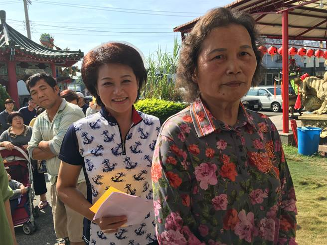 嘉義市長候選人蕭淑麗(後)與母親(前)排隊投票。(廖素慧攝)