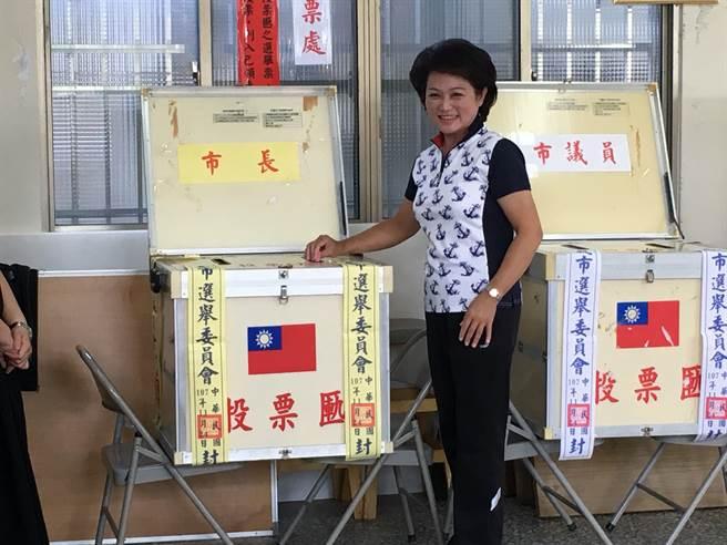 嘉義市長候選人蕭淑麗投自己一票。(廖素慧攝)