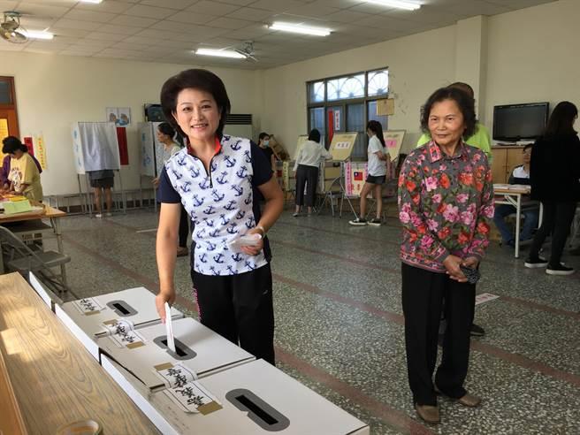 嘉義市長候選人蕭淑麗投公投票。(廖素慧攝)