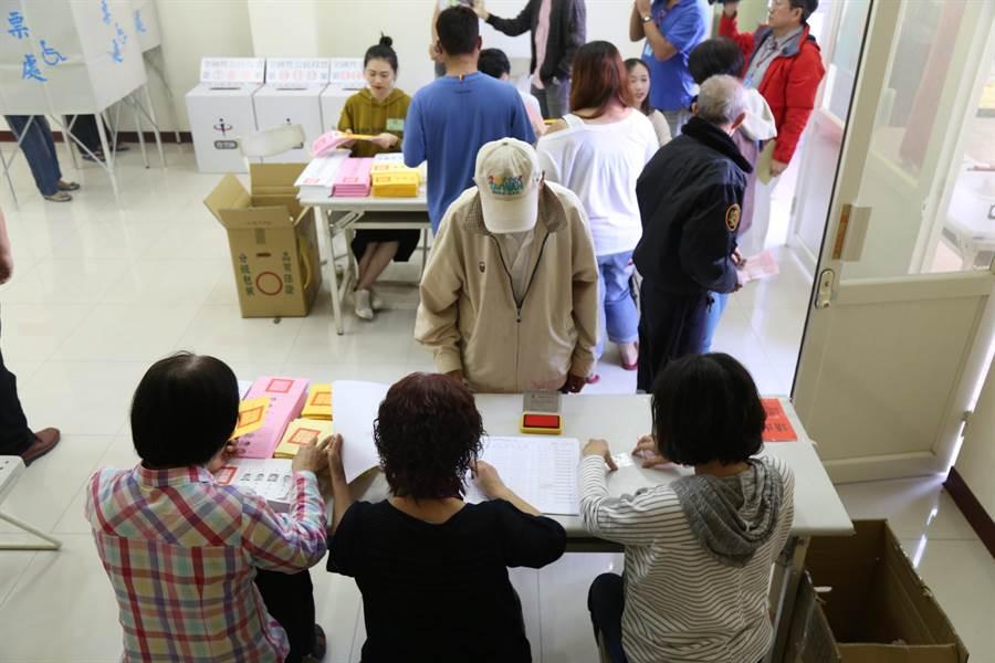 嘉縣各投開票所一早就湧現排隊人潮。(呂妍庭翻攝)