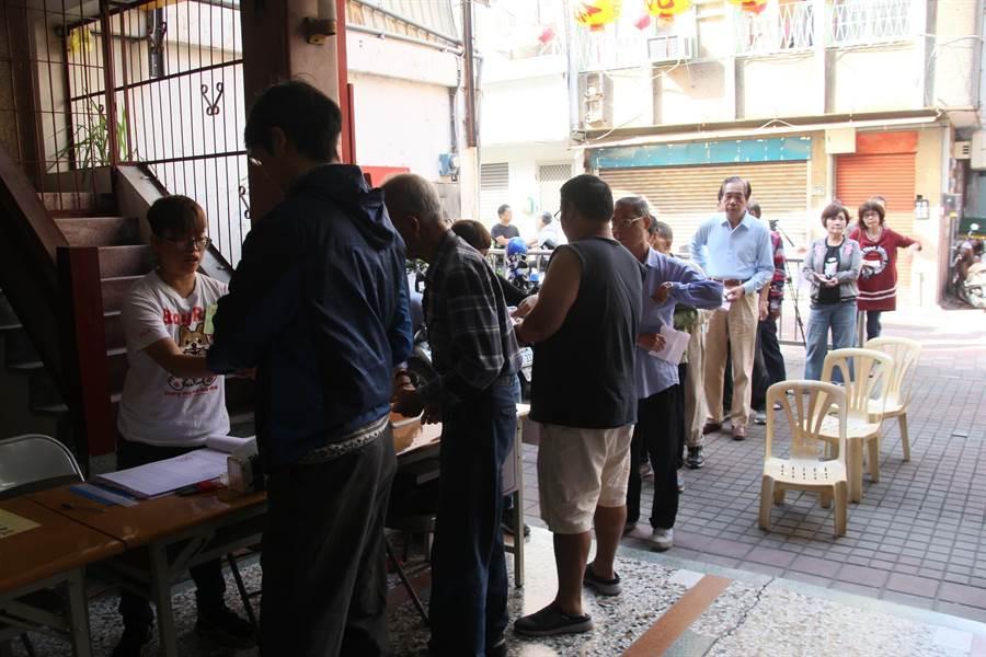 投票大排長龍,不少民眾抱怨排隊時間太久。(程炳璋攝)