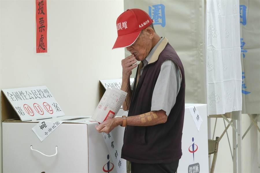 年長民眾進行投票。(本報系資料照片)