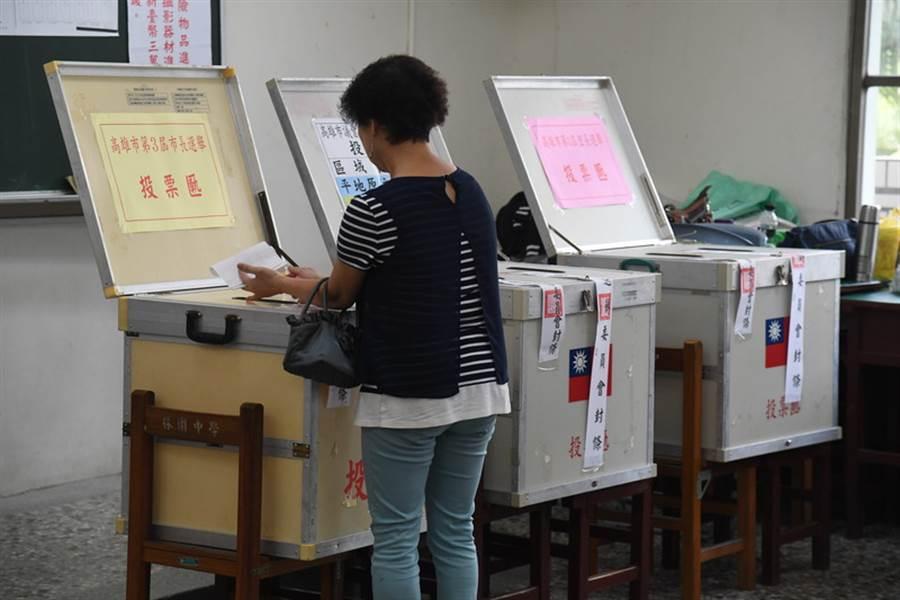 九合一選舉與10案公投2017年11月24日投開票,選民將票投入票匭。(資料照片/中央社)