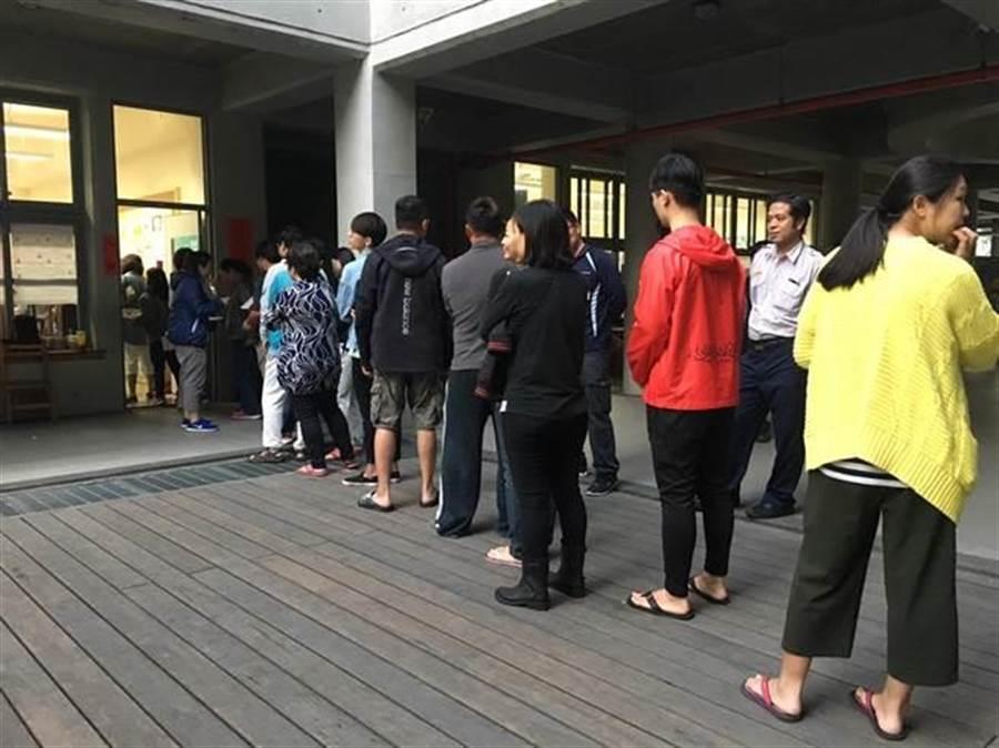 樹林桃子腳國中小有民眾排了3小時才完成投票,直到下午近5時仍有民眾排隊等待完成投票。(譚宇哲翻攝)
