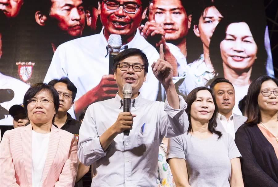 民進黨高雄市長候選人陳其邁(中)敗給國民黨提名的韓國瑜,陳其邁在晚上8點多選票還未全部開完時,就已抵達總部向支持者宣布敗選。(圖/黃子明)
