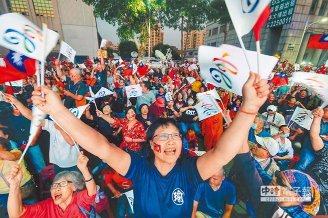 綠地變藍天 九合一選舉,國民黨大勝,圖為聚集在高雄市黨部前的韓國瑜支持者。圖/中央社
