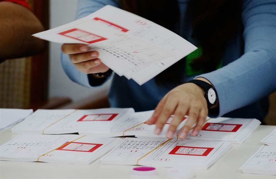 史上最大規模的九合一併公投選舉24日落幕,10案公投導致投票大排長龍,到投票截止甚至出現一邊開票、一邊投票狀況,中選會成為眾矢之的。(圖/方濬哲攝)