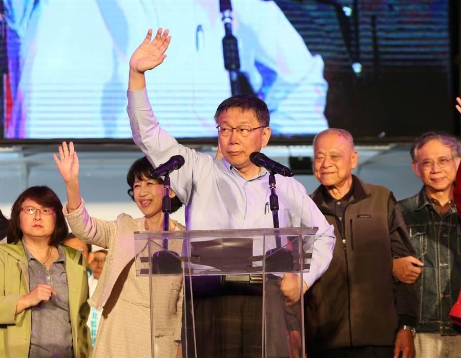 九合一大選24日投票,經過徹夜的開票台北市長柯文哲(中)連任成功,在晚會現場感謝民眾支持。(王英豪攝)