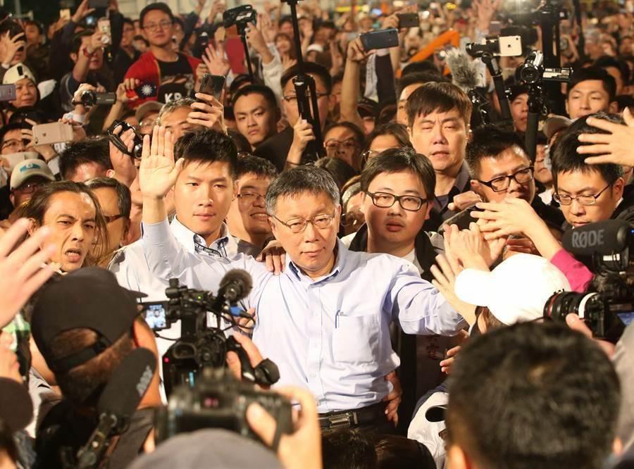 九合一大選24日投票,經過徹夜的開票,台北市長柯文哲(中)連任成功,在晚會現場感謝民眾支持。(王英豪攝)