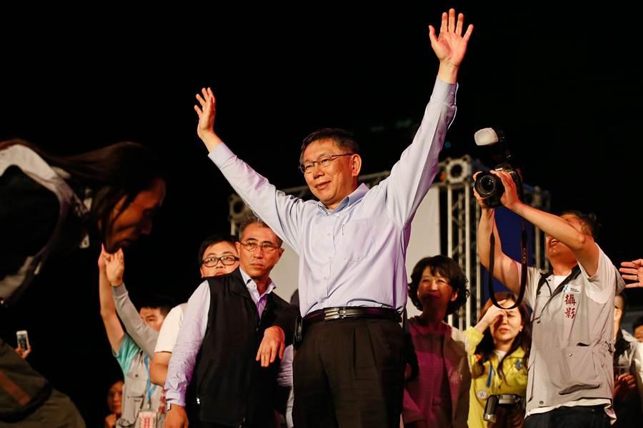 柯文哲凌晨近3時宣布勝選,並表示明天繼續工作!(方濬哲攝)