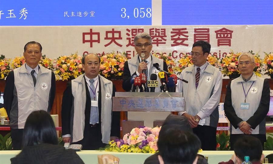中選會主委陳英鈐舉行記者會,報告選舉以及公投結果。(趙雙傑攝)