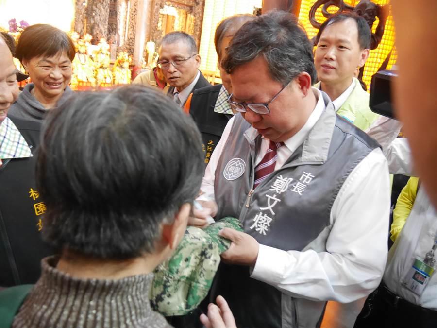 民眾搶著拜託連任成功的市長鄭文燦簽名。(蔡依珍攝)