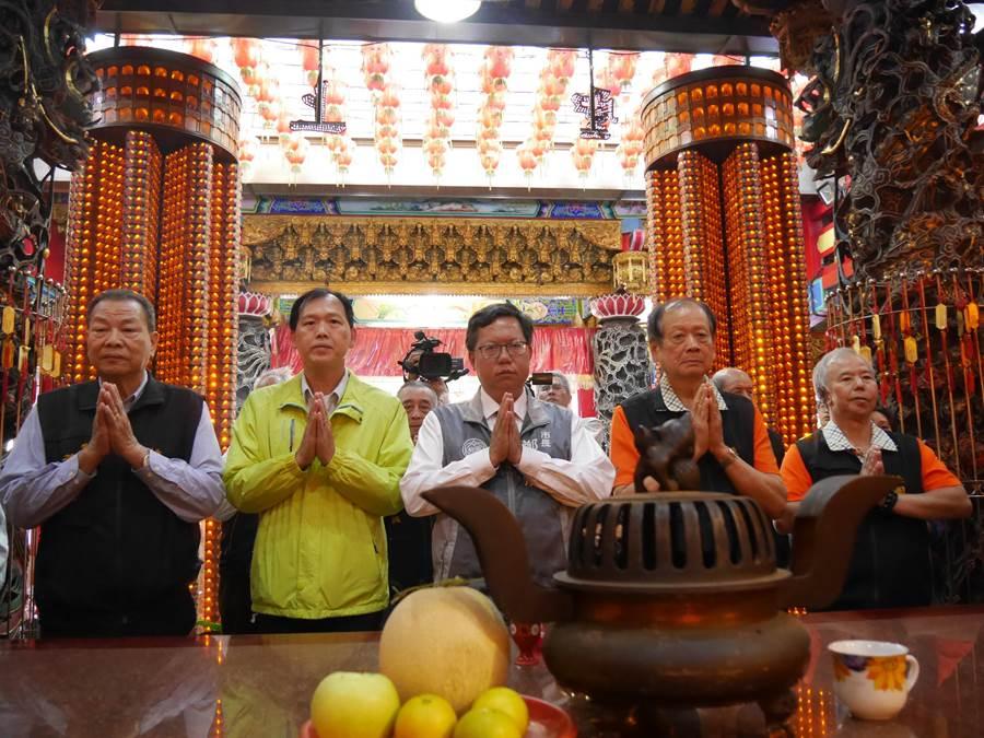 桃園市長鄭文燦,25日一早就開始到桃園各宮廟祈福謝票。(蔡依珍攝)