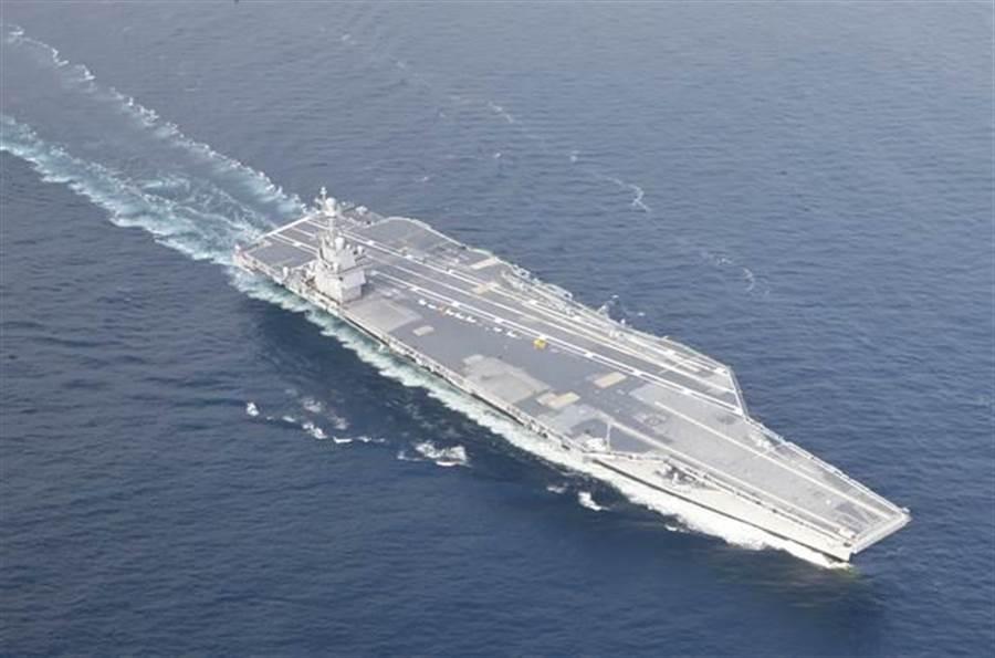 解放軍正快馬加鞭,力圖趕上美國福特級航母,圖為福特級航母首艦「福特」號2017年8月14日穿越大西洋的畫面。(美國海軍)