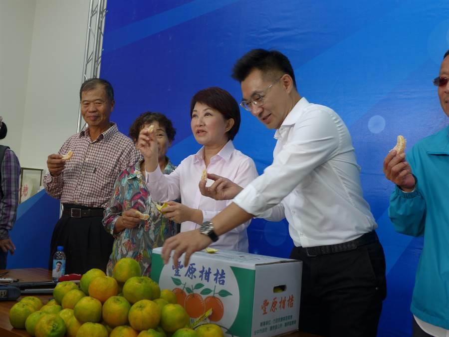 台中市長當選人盧秀燕(右二)拿起橘子允諾拚經濟,強調在可讓台中經濟發展的情況下,願達成「九二共識」。(林欣儀攝)