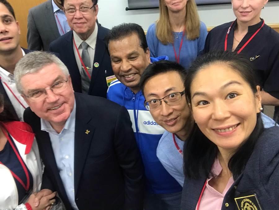 陳怡安(右一)、朱木炎(右二)在日本東京參加OCA運動員論壇,會後和IOC主席巴赫自拍。(陳怡安提供)