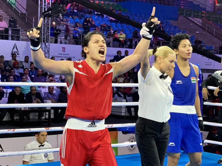 陳念琴(左)勇奪金牌。(清大提供)