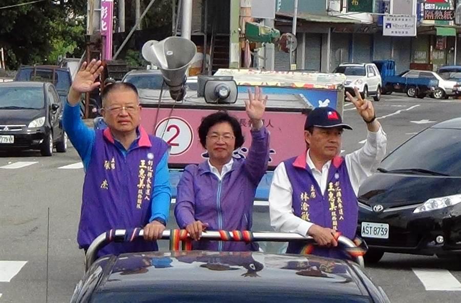 彰化縣長當選人王惠美(中)上午展開車隊謝票。(謝瓊雲攝)