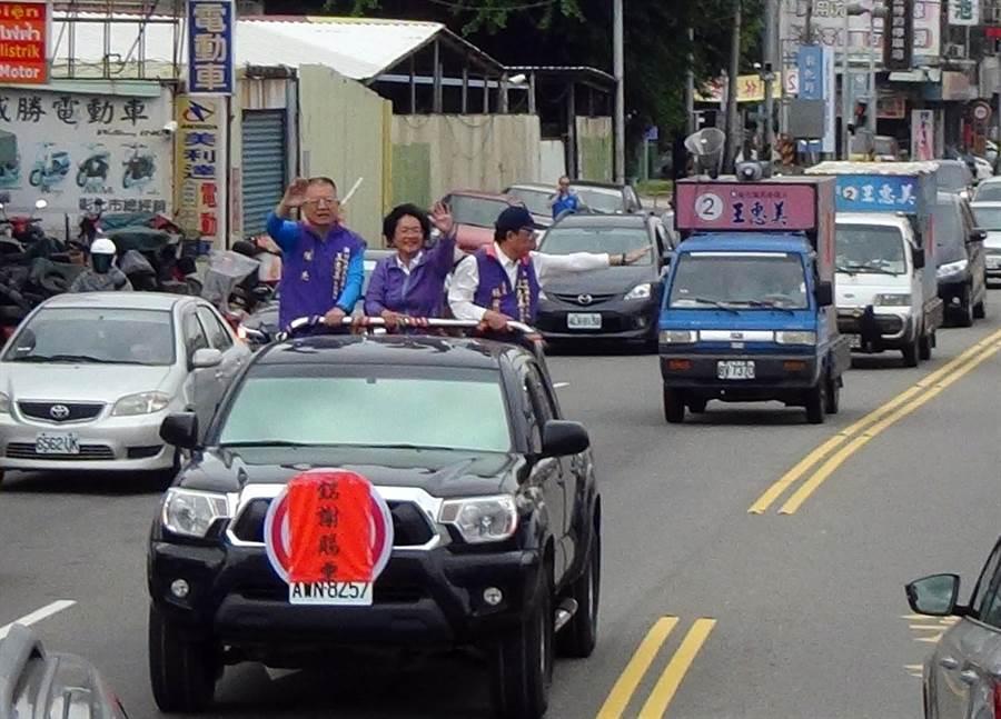 彰化縣長當選人王惠美(中)車隊從競選總部出發,將繞行全縣26鄉鎮市。(謝瓊雲攝)