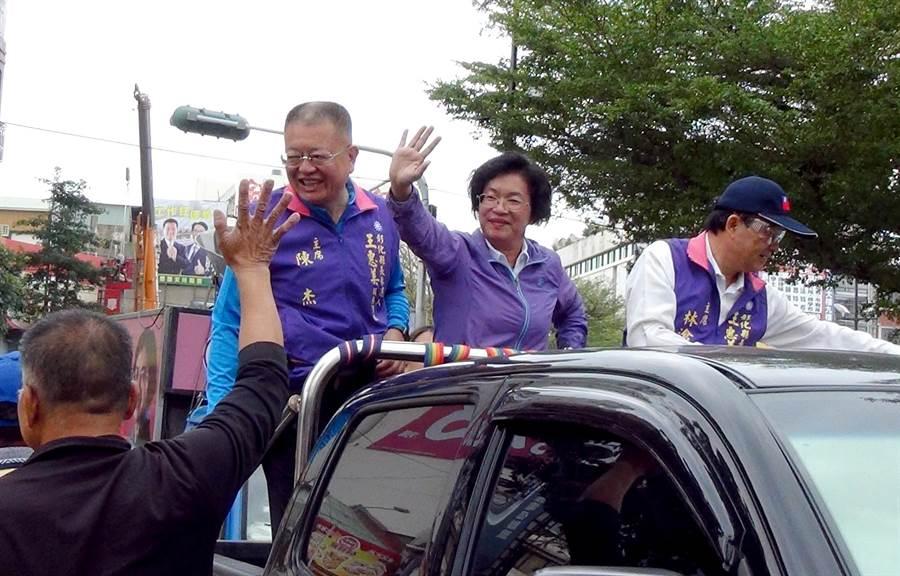 王惠美(中)的全縣謝票車隊由前立委林滄敏(右)與陳杰(左)陪同。(謝瓊雲攝)