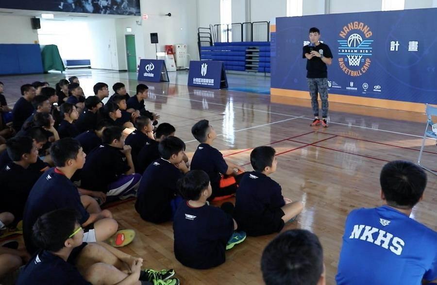 獨臂射手范弘昊親自到場分享奮鬥歷程。(台灣籃球發展協會提供)