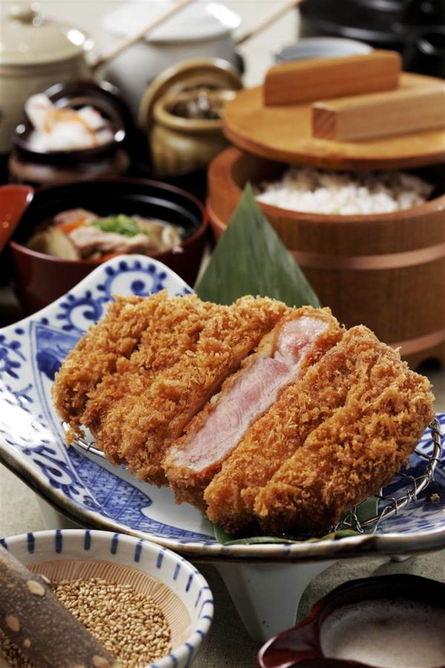 主廚嚴選「黑豚里肌」部位入饌,深受老饕讚譽。(圖片提供/靜岡-勝政日式豬排)