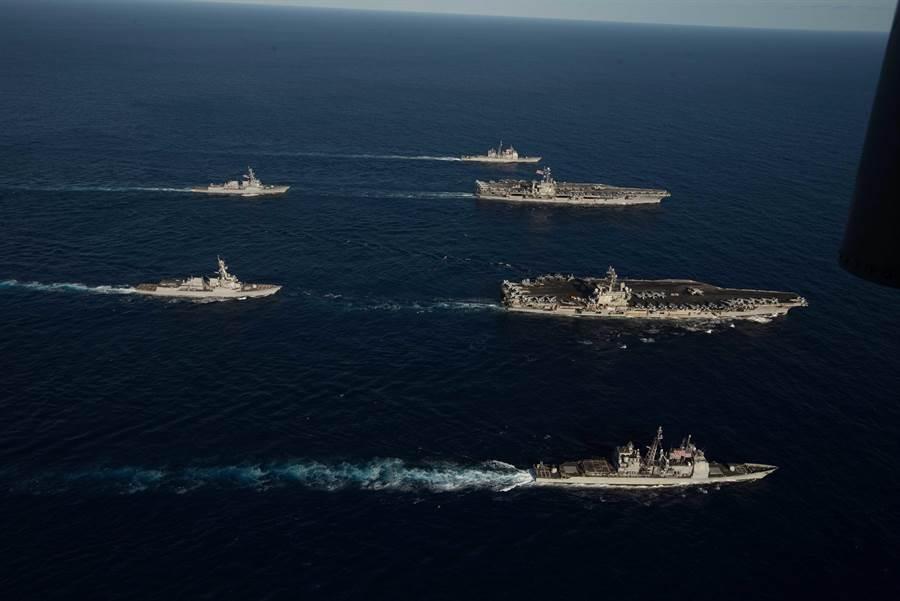 美國的航母打擊群有眾多導彈護衛艦與其他大型艦艇,要從幾千公里外在遼闊的大海上命中活動中的航空母艦,有著難以想像的困難度。圖為美國航母雷根號與史坦尼斯號戰鬥群上周在菲律賓海演習。(圖/美國海軍)