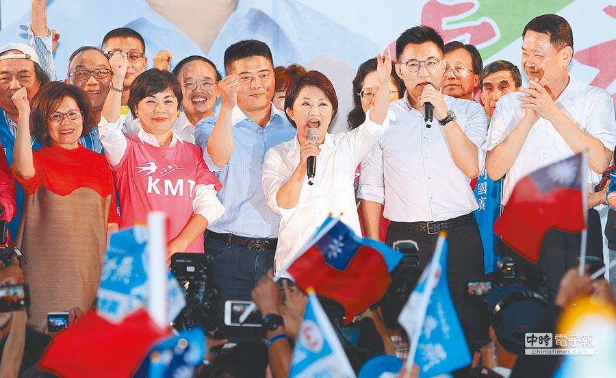 2018年九合一選舉,國民黨盧秀燕(中)當選台中市長,24日晚間勝選後,出席競選總部晚會,她捲起袖子,除了感謝選民支持,表示要用最謙虛及更努力的態度,建設台中。(黃國峰攝)