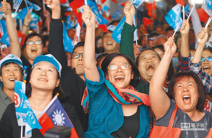 2018年九合一選舉24日晚間揭曉,國民黨盧秀燕得票逾56%當選台中市長,支持者欣喜若狂。(黃國峰攝)