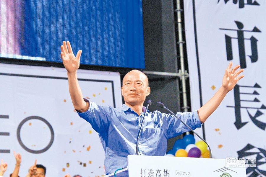 韓國瑜一襲藍襯衫貼近選民,展現個人魅力。(特約記者鄭光隆攝)