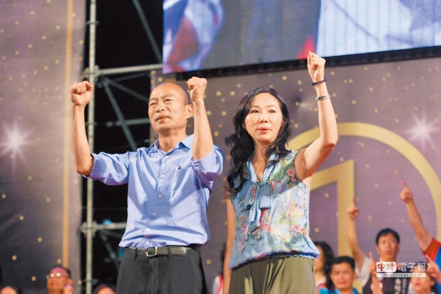 韓國瑜夫妻同台,真情流露感動選民。(特約記者鄭光隆攝)