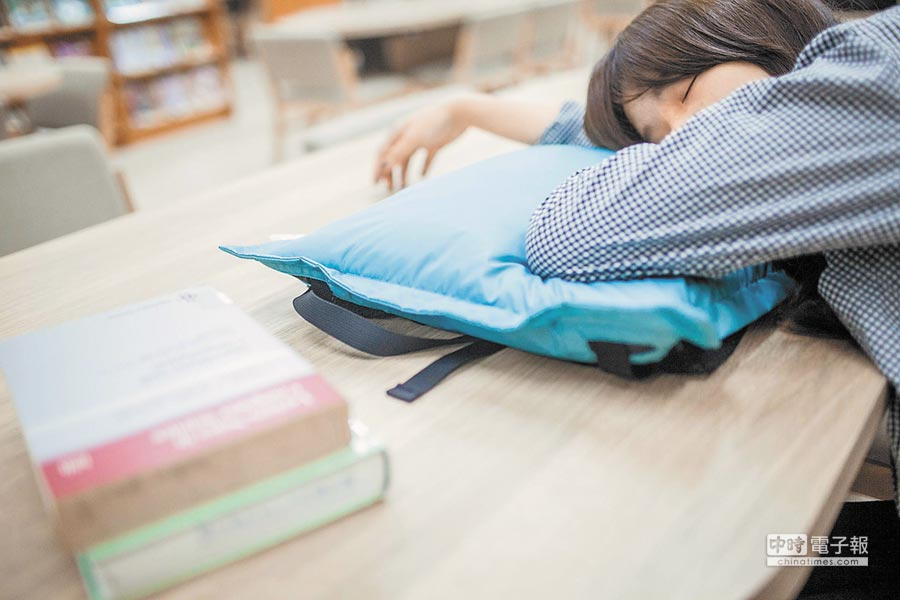 許多女性月經來會造成痛經等不適感。(本報系資料照片)