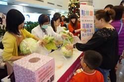 協助高菜農 新竹馬偕醫院與佛心廠商義賣高麗菜