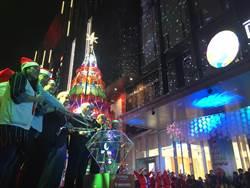 南紡購物中心耶誕點亮光之樹 董座雪中送炭捐120萬助弱勢