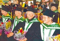 新故鄉願景》戴方帽 好神氣 90歲開心上學去