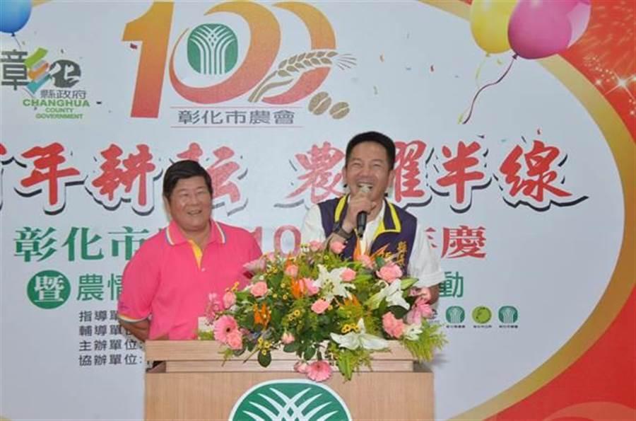 彰化縣議員張瀚天(右)曾任彰化市農會理事長、現任常務監事,日前市農會百周年慶時,他與現任理事長林水木一同出席慶祝活動。(謝瓊雲翻攝)