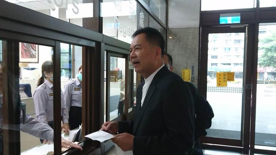 嘉義市副議長郭明賓出庭喊冤。(廖素慧攝)