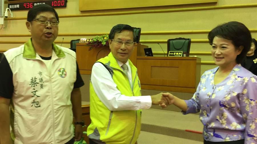 嘉義市長涂醒哲與議長蕭淑麗握手致意。(廖素慧攝)