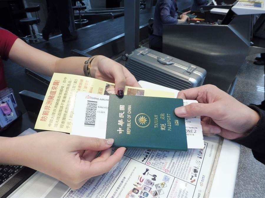 旅客出國護照夾送非洲豬瘟防疫宣導單。(防檢局提供)